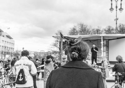 Frau mit Hut, Demo Veranstaltung