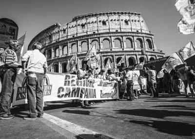 Roma manifestazione di fronte al Colosseo